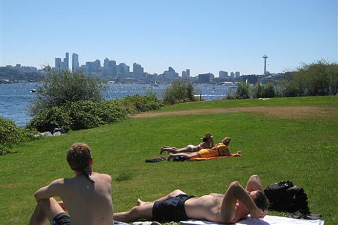Burke-Gilman Trail   Hot weather at Gas Works Park