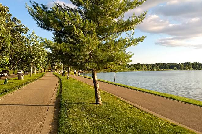 Grand Rounds Scenic Byway Bde Maka Ska Bde Maka Ska (formerly Lake Calhoun) is the largest lake in Minneapolis, and one of the most popular sections of the Grand Rounds