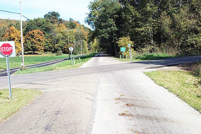 Holmes County Trail Northbound Oct 2016 Holmesville to Fredericksburg, trail crosses CR 192, buggy path switches to the left side so it can join CR 566 on left just North of this intersection