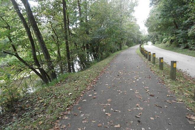 Holmes County Trail 2 lanes one for bikes, one for buggies