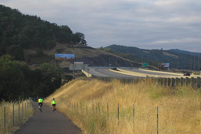 I-5 Trail Leaving Roseburg The I-5 Trail does indeed parallel the interstate.