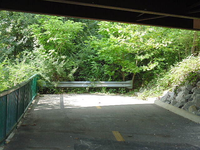 I-670 Downtown Connector Trail Dead End # 2 The real dead end under the Airport Drive bridge. This portion will soon connect to the Innis Park/Alum Creek Trails which presently end at Sunbury Road.
