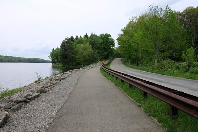 John C. Oliver Multi-Purpose Loop Trail Trail Trail along the lake