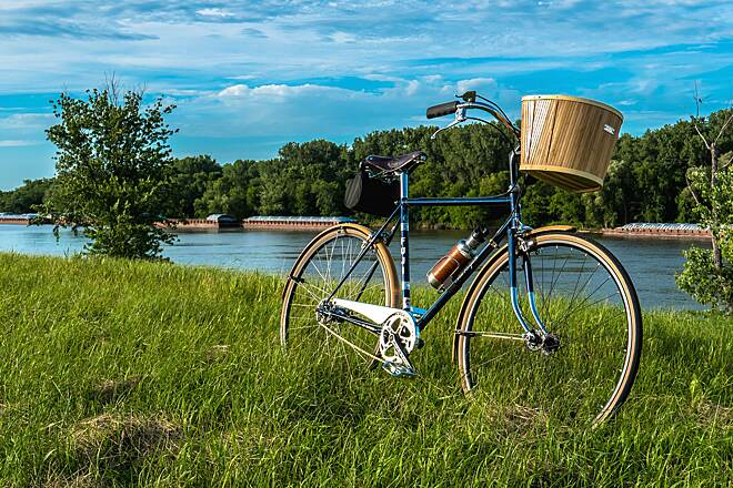 Mississippi River Regional Trail (Dakota County) Bike w/ Basket on the Bank On the levee again, with a different bike.