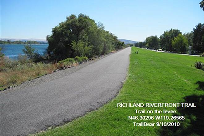 Richland Riverfront Trail RICHLAND RIVERFRONT TRAIL Up on the levee for this bit.